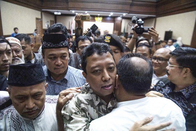 ROMAHURMUZIY DIVONIS DUA TAHUN PENJARA :Terdakwa kasus suap jual beli jabatan di lingkungan Kementerian Agama Romahurmuziy (tengah) dipeluk koleganya usai menjalani sidang vonis di Pengadilan Tipikor Jakarta Pusat, Jakarta, Senin (20/1/2020). Mantan Ketua Umum PPP itu divonis pidana penjara selama dua tahun dan denda Rp100 juta subsider tiga bulan kurungan. ANTARA FOTO/Sigid Kurniawan/nz.