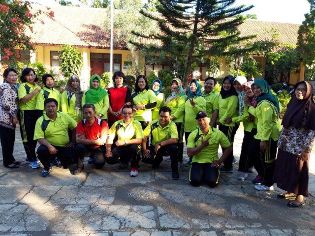 KEBERSAMAAN: Kepala SD Negeri Padangsari 02 Kecamatan Banyumanik, Karyono, SPd. SD foto bersama jajaran guru di halaman sekolah. DOC/JATENG POS