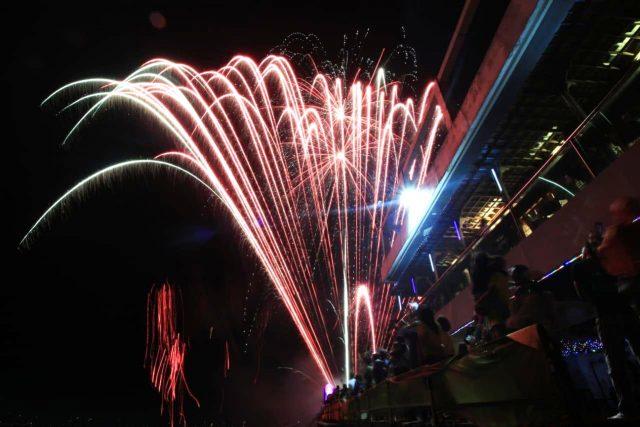 SEMARAK : Pertunjukan Kembang Api diatas ketinggian, mewarnai sukses event semarak pesta sambut tahun baru 2020 Star Hotel Semarang. Foto : DWI SAMBODO/JATENG POS