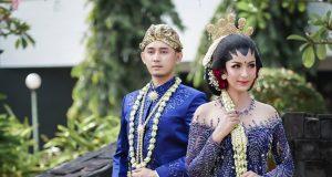 """MENARIK : Dua model profesional, tengah mengenakan busana kreasi nusantara, salah satu sajian konsep dalam event """" Patra Wedding Dream Festival """" di Patra Semarang Hotel & Convention. Foto : DWI SAMBODO/JATENG POS"""
