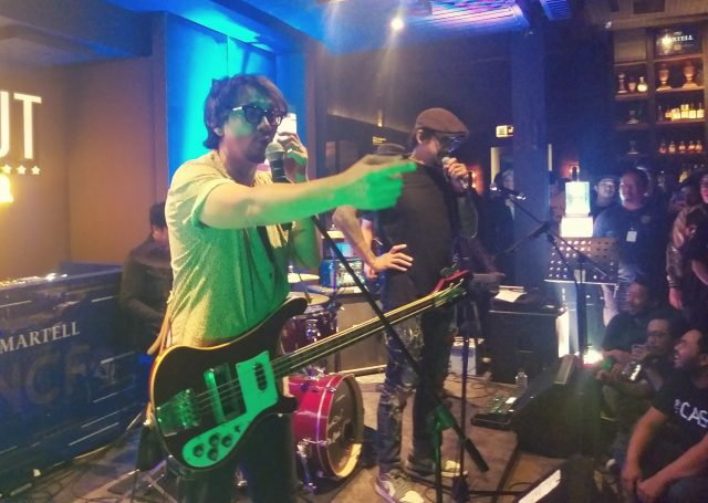 INTERAKTIF : Aksi dan performa maksimal The C4sh band rock Indonesia, mampu menghibur penonton dan penggemar setianya, di A to Z Bar & Resto Semarang. Foto : DWI SAMBODO/ JATENG POS.