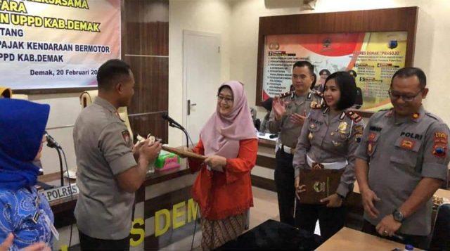BANTUAN POLISI : UPPD Kabupaten Demak menggandeng petugas Babinkamtibmas untuk menagih pajak sehingga diharapkan bisa akan meningkatkan pendapatan pajak.