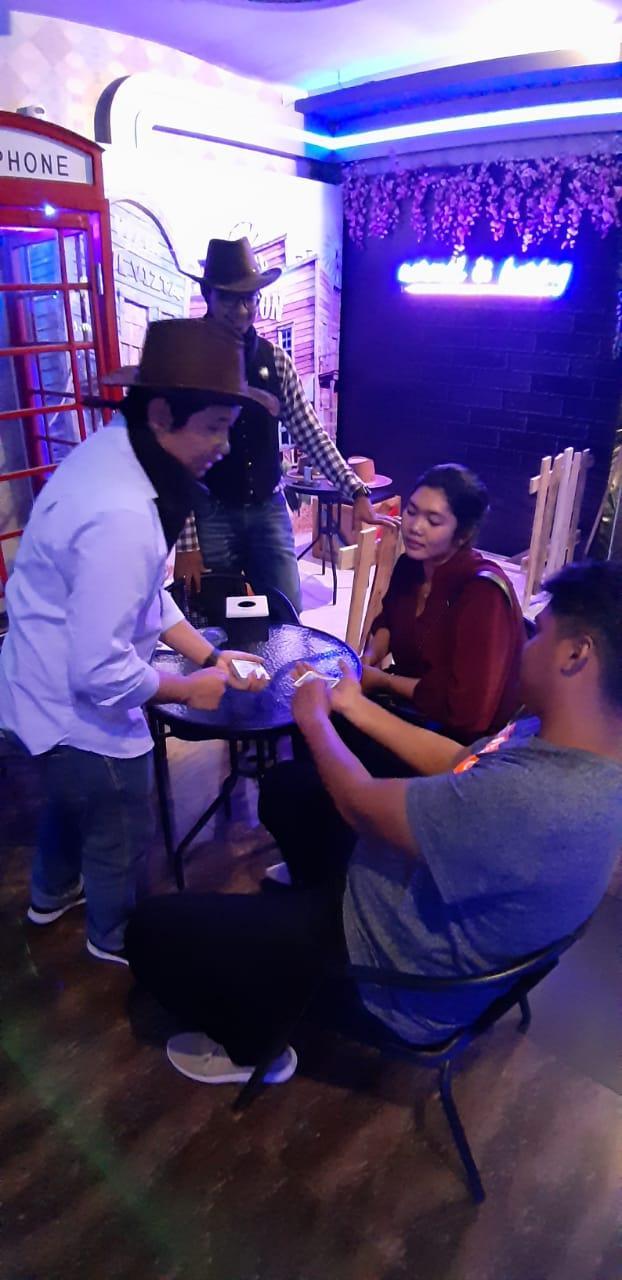 HIBUR PELANGGAN: Aksi magician menghibur pelanggan setia dalam event 7 Magnificent Inul Vizta Semarang. Foto : DWI SAMBODO/JATENG POS