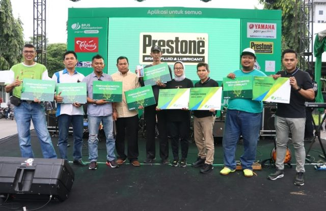 FOTO BERSAMA: Abriyani Muharohmah (tengah), City Manager 4-Wheels Semarang, saat foto bersama mitra terbaik Grab yang mendapatkan penghargaan terbaik. FOTO : DWI SAMBODO/JATENG POS