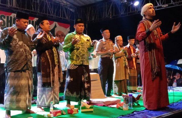 SHALAWAT – Habib Ali Zaenal Abidin Assegaf melantunkan Sholawat bersama H Nurhaji Slamet Urip, Kades Tegalsari Daryono, Wakapolres Hartono dan diiringi Grup Az Zahir.