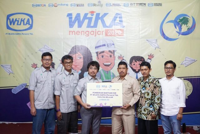 PEDULI PENDIDIKAN : Juni Ermawan, Sekretaris perusahaan PT Wijaya Karya Realty, Tbk memyerahkan bantuan CSR kepada Tumiran, selaku Kepala Sekolah SMA Tunas Patria, Jumat (14/2).