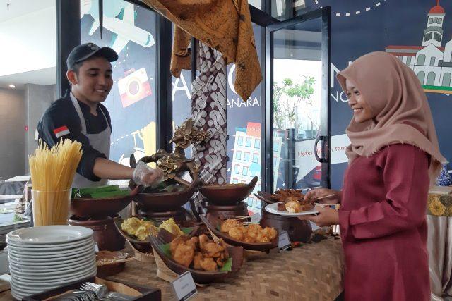 Menu Khusus : Pelanggan tengah menikmati promo menu spesial Waroeng Wedangan di Altitude Sky Lounge Aston Inn Pandanaran Semarang.