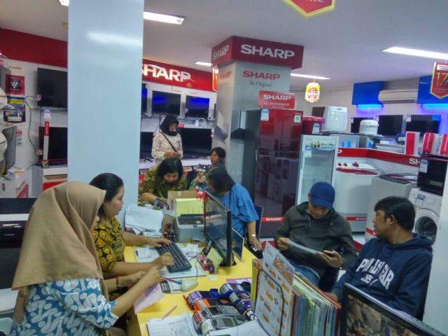 RAMA: Setiap hari, pelanggan ramai membeli beragam perangkat elektronik di Global Elektronik Semarang. FOTO : IST/ANING KARINDRA/JATENG POS