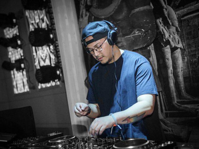 Performa : DJ Dimz tengah mengutak - atik turn table meramu musik elektronik menghibur masyarkat luas pecinta musik disc jokey. Foto : DOK /JATENG POS