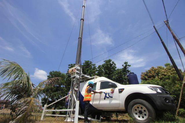 MOBILE BTS- Teknisi sedang melakukan pemeliharaan di salah satu perangkat Mobile Base Transceiver Station (M-BTS) milik XL Axiata yang berlokasi di Sekumpul, Martapura, Kalimantan Selatan, Kamis (13/02/2020). FOTO : ANING KARINDRA/JATENG POS