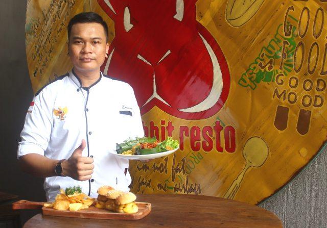 MENU SPESIAL: Ferdinan Alexander Chef Red Rabbit Resto & Coffe Shop tengah menunjukan salah satu menu khusus hasil masakan dan kreasinya. Foto : DWI SAMBODO/JATENG POS.