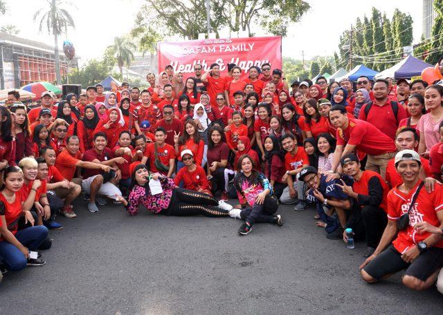 KOMPAK : Sejumlah warga, karyawan dan petinggi Dafam Group foto bersama usai melakukan kegiatan di arena CFD Jalan Pahlawan Semarang. Foto : DWI SAMBODO/JATENG POS