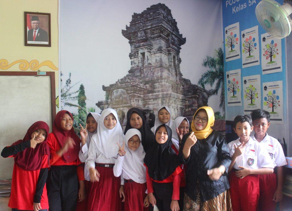 NUSANTARA : Ruang kelas SDN Petompon 02 Kecamatan Gajahmungkur dihiasi daerah di Indonesia.