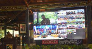 VIDEO CALL : Bupati Demak HM Natsir mencoba video conference kemarin dalam forum Musrenbang yang berlangsung di pendopko kabupaten.