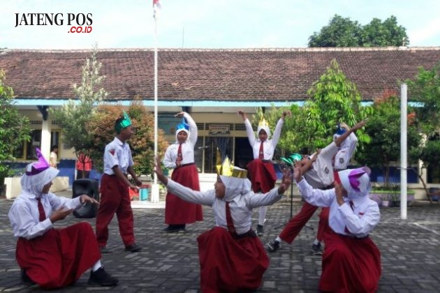 KREATIVITAS: Pembelajaran pengembangan kreativitas siswa melalui lagu-lagu daerah menumbuhkan nasionalisme dan cinta Budaya Indonesia. SD Karanganyar 01 kec Tugu. Salam sukses.