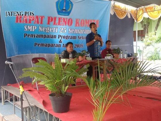RAPAT PLENO: Jumat 26 Januari 2018 SMP Negeri 25 Semarang menyelenggarakan rapat pleno komite penyampaian program sekolah dan pemaparan APBS 2018.