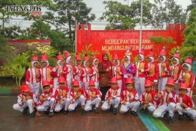 GRUP DRUMBAND: Grup drum band SD Negeri Gebangsari 03 UPTD Pendidikan Kecamatan Genuk di bawah pimpinan Kepala Sekolah Ibu Susilowati, S.Pd SD, setelah mengisi acara Pelantikan Dokter Kecil di Kecamatan Genuk. Hebat.