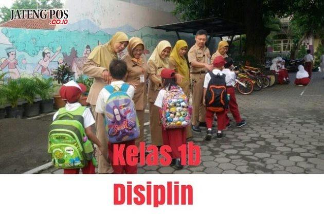 PENANAMAN DISIPLIN: Untuk meningkatkan Pendidikan Penguatan Karakter (PPK), SD Lamper Kidul 01 membiasakan displin siswa dengan bersalaman kepada bapak- ibu guru. Salam PPK.