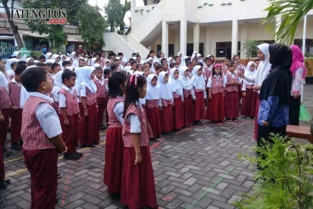 PUPUK NASIONALISME: Untuk membiasakan rasa nasionalisme yang tinggi, tiap Selasa siswa2 SDN Tugurejo 03 menyanyikan lagu Indonesia Raya 3 Stansa dilanjutkan salim kepada bapak-ibu guru. Smoga menjadi anak yang berjiwa nasionalis. Aamiin.