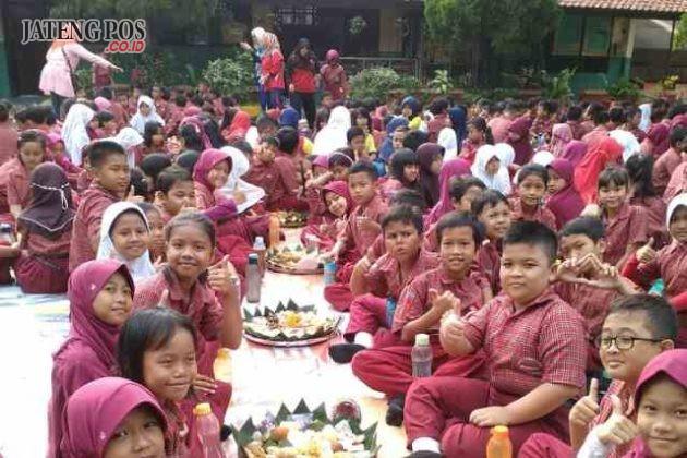 POLO KEPENDHEM: PPK SD Tembalang dalam rangka membiasakan siswa siswi makan makanan tradisional sepertu polo pendhem. Selamat ya Salam PPK.