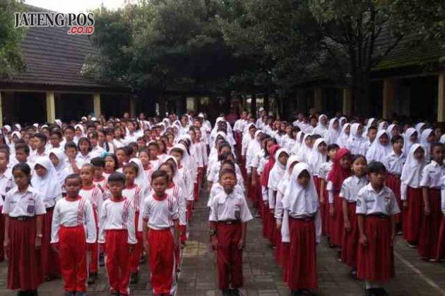 BERDOA BERSAMA: Religius hidupnya, Nasionalis jiwanya, Integritas jadi tujuannya. Setiap pagi siswa - siswi SD N Pendrikan Lor 03 berdoa bersama dilanjutkan menyanyikan lagu - lagu Nasional.
