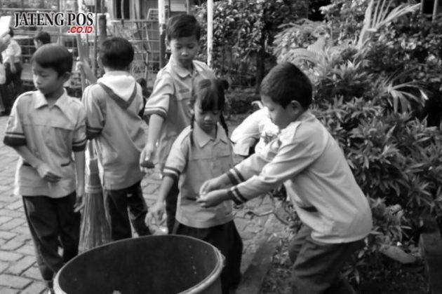 SALAM PPK: Gerakan Pungut Sampah (GPS) di SD Karangrejo 01 mendidik anak untuk peduli terhadap lingkungan sekolah.