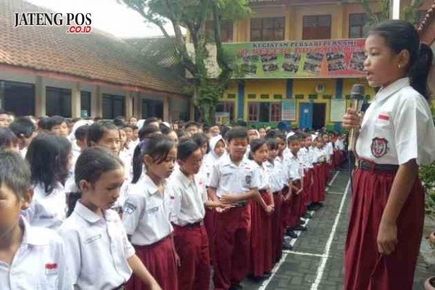 ANAK HEBAT: Pembiasaan anak bercerita SD N Brumbungan, Kecamatan Semarang Tengah untuk menumbuhkan Keterampilan pandai bercerita anak.
