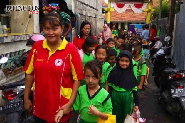 JALAN SEHAT: Kegiatan jalan sehat SD Negeri Tegalsari 01 dilaksanakan Jum'at minggu pertama setiap bulan, program ini dapat mengakrabkan siswa dan guru. Salam sehat.