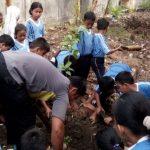 PEDULI LINGKUNGAN: Siswa SD Lamper Tengah 01 menanam sirsat dan pohon pisang kepog sebagai kegiatan pendidikan karakter.