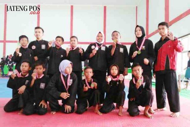 MEDALI EMAS: Alhamndulillh SD Tambakaji 5 kecamatan Ngaliyan meraih 4 medali emas, 5 perak,3 perunggu dlm lomba pencak silat tingkat provinsi di Kendal.