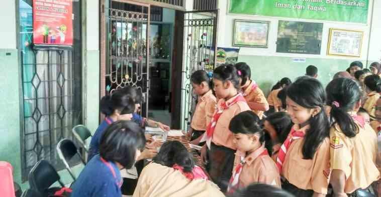 MENABUNG: Kegiatan menabung bersama di SDN Pekunden berlangsung dengan tertib dan rajin Sekolah hebat.