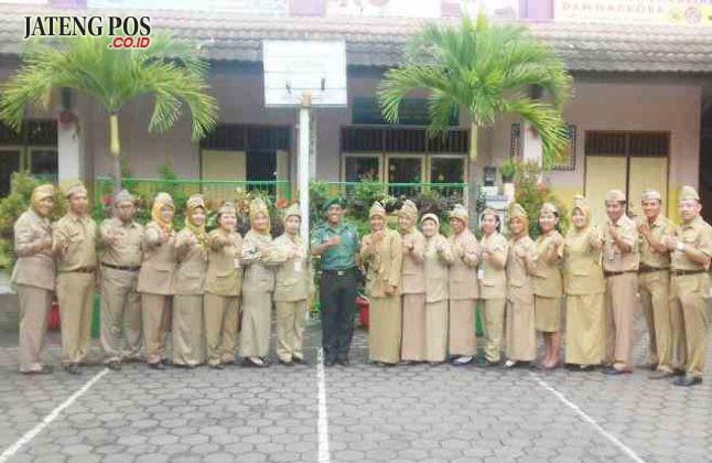 KOMPAK BERSAMA: Setelah Upacara hari Senin, pengajar SD negeri Lamper Kidul 01 foto bersama dengan pembina upacara Bapak Babinsa.Salam PPK.