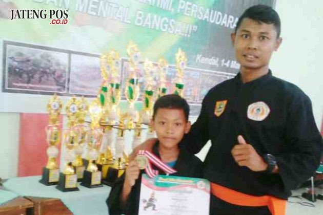 SANG JUARA: Juara 1 kelas A berat26,5-29 kg,tingkat perguruan se Jateng,dalam rangka pencak silat championship MAN kendal OPEN Antar Pelajar Se Jawa Tengah 2018. Hebat.