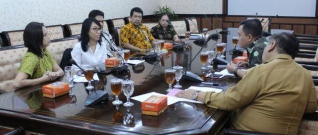 PENAGULANGAN HIV/AIDS : Wakil Ketua DPRD JAteng, Sukirman dan Adi Rustanto saat menerima kunjungan WHO Indoneisa di Gedung Berlian , Kota Semarang