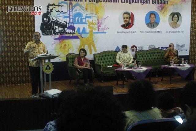 BAHAS LINGKUNGAN: Kadinas Lingkungan Hidup dan Kehutanan Jateng Ir Gugeng Riyanto saat paparan di Kampus Unika, kemarin. FOTO: IST/JATENG POS