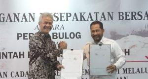 KERJASAMA- Direktur Utama Perum BULOG, Budi Waseso, dan Gubernur Jawa Tengah, Ganjar Pranowo, melakukan penandatanganan Kesepakatan Bersama dalam rangka Pendistribusian Cadangan Beras Pemerintah (CBP), melalui Pelaksanaan Ketersediaan Pasokan dan Stabilisasi Harga (KPSH) Beras Medium, pada Kamis (22/11), di Gedung Gradhika Bhakti Praja, Komplek Gubernuran Jateng. FOTO : ANING KARINDRA/JATENG POS