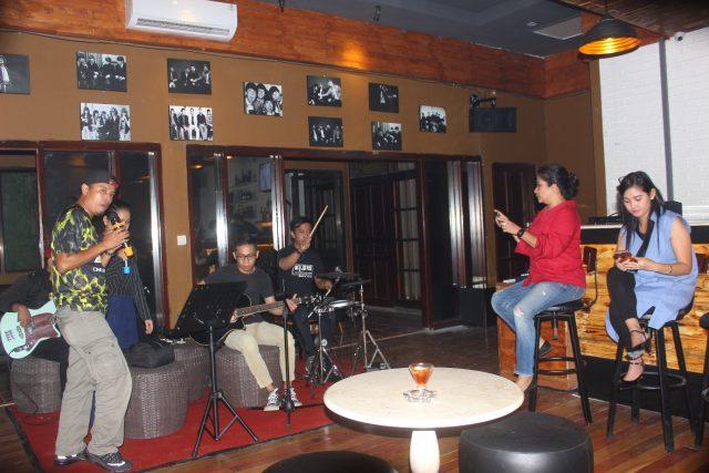LIVE MUSIK : Salah satu pengunjung tengah tampil menyanyi menghibur pengunjung lainya di Nine Bar, Resto & Karaoke Jalan Erlangga Timur No 7 Semarang. Foto : DWI SAMBODO/JATENG POS