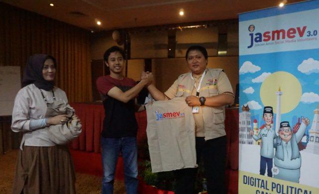 SIAP KERJA: Rendy Doro Herison, Digital Strategic Jasmev secara simbolik menyerahkan rompi Jasmev pada peserta pelatihan di Star Hotel minggu (3/3)
