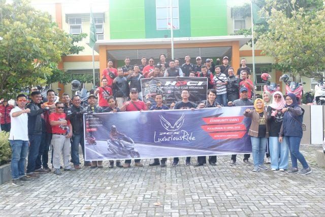 FOTO BERSAMA : Puluhan anggota komunitas HPCI (Honda PCX Club Indonesia) Chapter Pekalongan dan bikers yang berasal PHMP (Paguyuban Honda Motor Pekalongan) ikut meramaikan PCX Luxurious Ride.