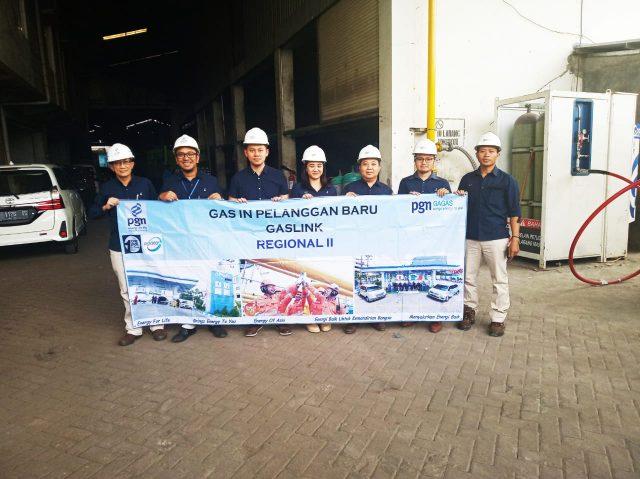 GAS ALAM - PT Unggul Regantris Digdjojo, Industri manufaktur peleburan & ekstruksi aluminium pro¿ le di Menganti-Gresik, sudah teraliri gas alam terkompresi (CNG) dari PGN Group.