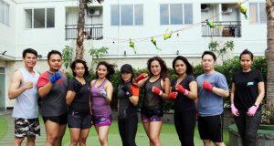 KELAS BOXING : Peserta kelas private boxing tengah foto bersama Andren Jhon (kiri) usai melakukan latihan di Harris Hotel Sentraland Semarang.
