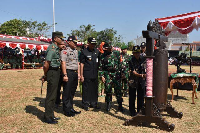 DEKAT RAKYAT : TMMD Reguler ke 105 yang berlangsung di Desa Kalikondang Kecamatan Demak Kota diharapkan semakin mendekatkan TNI dengan rakyat, serta mensejahterakan masyarakat.