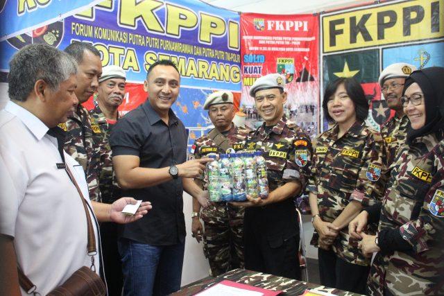 ORMAS EXPO: Arnaz Agung Andrarasmara Sekretaris Keluarga Besar FKPPI Kota Semarang tengah meninjau stand pameran Ormas FPPI yang mengenalkan Bank sampah plastik.