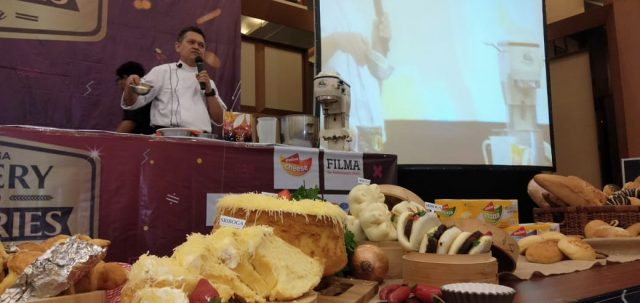 BAKING DEMO- PT Sriboga Flour Mill menggelar kegiatan Grand Baking Demo Sriboga Bakery dan Pastries Fiesta di Semarang, Selasa (16/7). FOTO : ANING KARINDRA/JATENG POS
