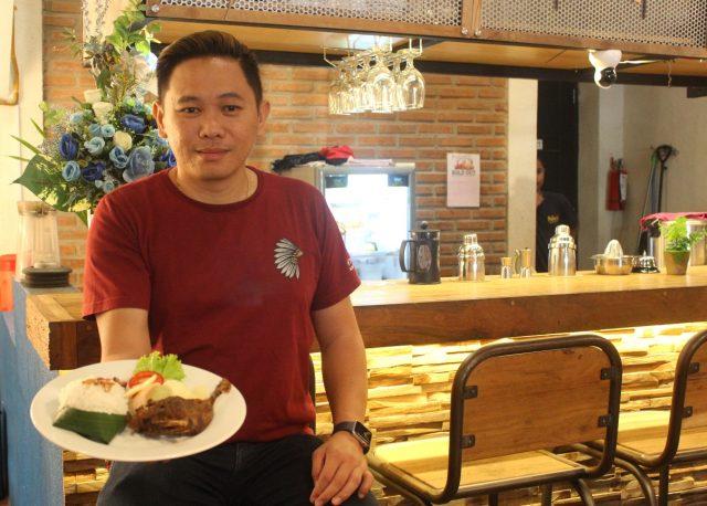 """MENU ANDALAN: Andreas Yunisantoso, pemilik Pullen's Café 7 Resto Semarang tengah menunjukan """"Bebek Goreng Lambe Turah"""", salah satu menu andalannya."""