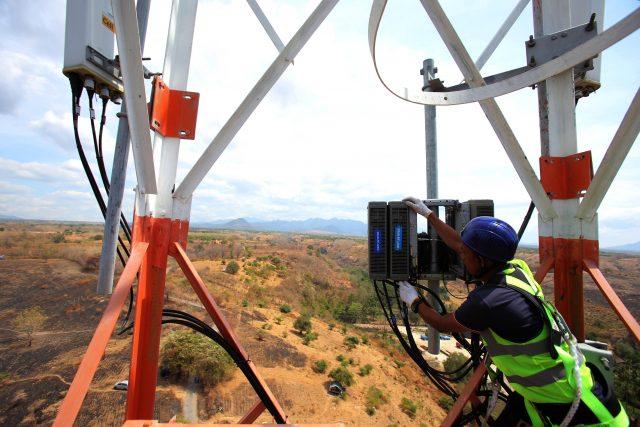 BTS SUMBAWA: Teknisi XL Axiata sedang melakukan pemeriksaan terhadap perangkat BTS di daerah Labuhan Badas, Sumbawa Besar. XL Axiata terus meningkatkan kenyamanan pelanggan atas akses internet cepat dan layanan data di berbagai pelosok Nusa Tenggara Barat (NTB).