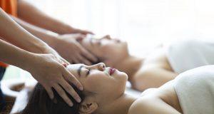 """RELAKSASI: Pelanggan tengah menikmati fasilitas spesial Spa & Massage, dalam promo paket inap """"Rejuvenation Package"""" HARRIS Hotel Sentraland Semarang."""