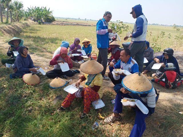 BAGIKAN MAKANAN : KSC memberikan nasi dus kepada warga yang kurang mampu.