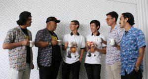 DILUNCURKAN : Direktur PT Garudafood Putra Putri Jaya Tbk Paulus Tedjosutikno (ketiga kiri) bersama Brand Manager Ardian Mahardi berbincang sambil 'ngopi bareng' dengan para pemeran film Warkop DKI Reborn.