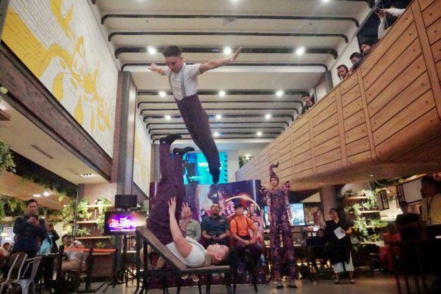 ATRAKSI- Sejumlah pemain sirkus 'The Great 50 Show', Kamis (12/9), memamerkan atraksinya di hadapan wartawan sebelum pertunjukan dimulai pada Sabtu (14/9) mendatang di Lapangan Garnisum Kalisari Semarang. FOTO : ANING KARINDRA/JATENG POS